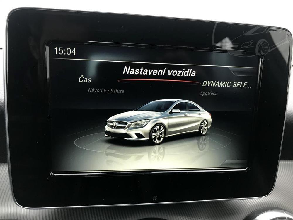Červený Mercedes-Benz CLA 2.2 CDi, rok 2015, interiér vozu v černé barvě, pohled na LCD displej, nastavení vozidla