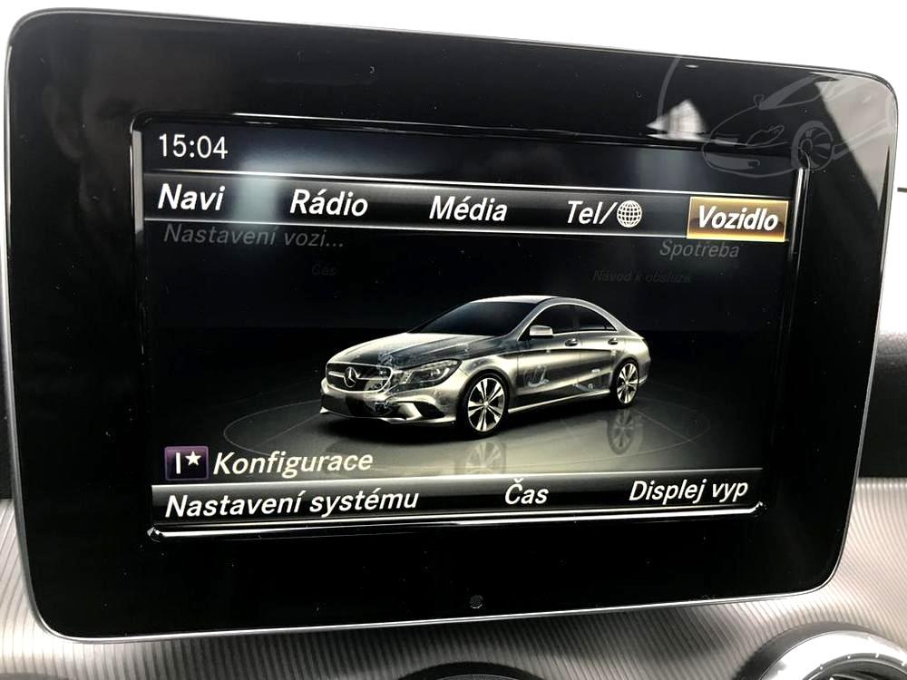 Červený Mercedes-Benz CLA 2.2 CDi, rok 2015, interiér vozu v černé barvě, pohled na LCD displej - navigace, rádio, média