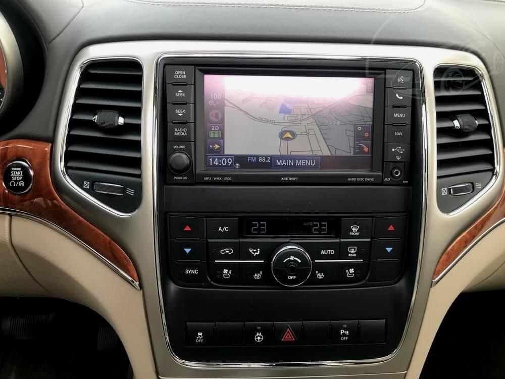 Jeep Grand Cherokee OVERLAND na prodej, rok 2013, tmavě červená metalíza, interiér, rádio, navigace, výdechy klimatizace, obložení dřevem, bazar Auto Faltys