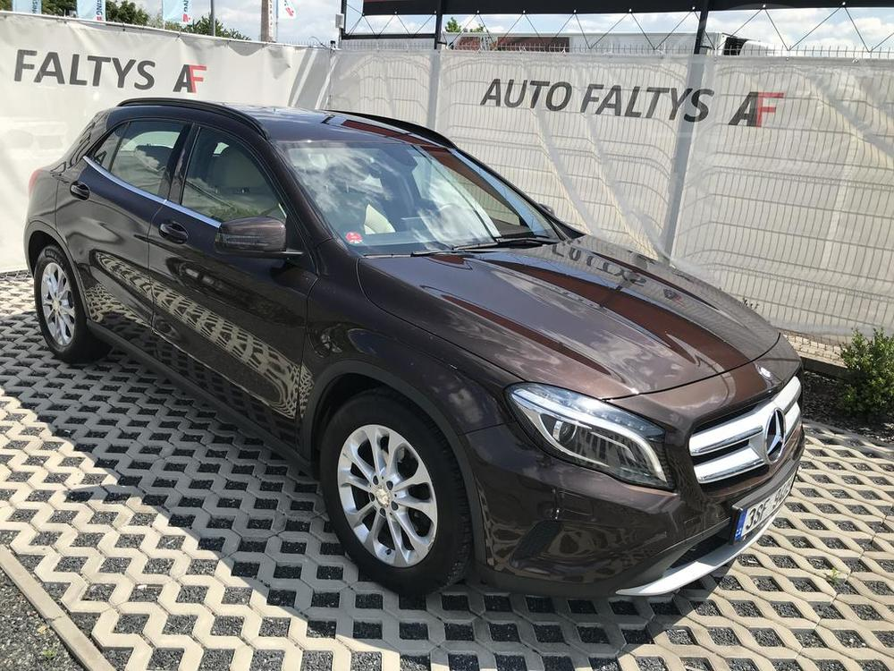 Front view of brown Mercedes-Benz GLA 2014