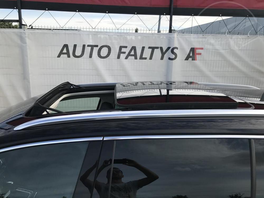 Volkswagen Passat Alltrack 2016, karoserie, černá metalíza, pohled na panoramatickou střechu s otevřeným střešním oknem a chromovaným střešním nosičem, bazar Auto Faltys